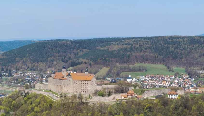 Blick auf die Plassenburg in Kulmbach vom Rehturm aus